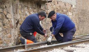 Colocación de vía durante la rehabilitación de la vía del Tren Minero Utrillas